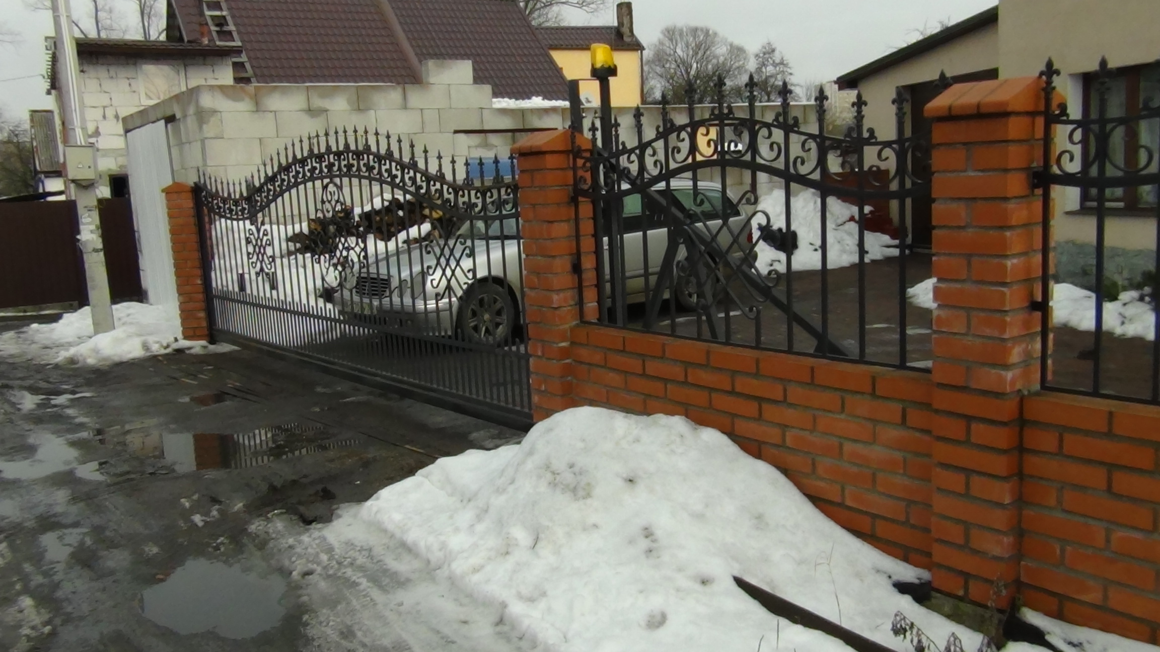 Ворота откатные и забор в сочетании с кирпичной кладкой