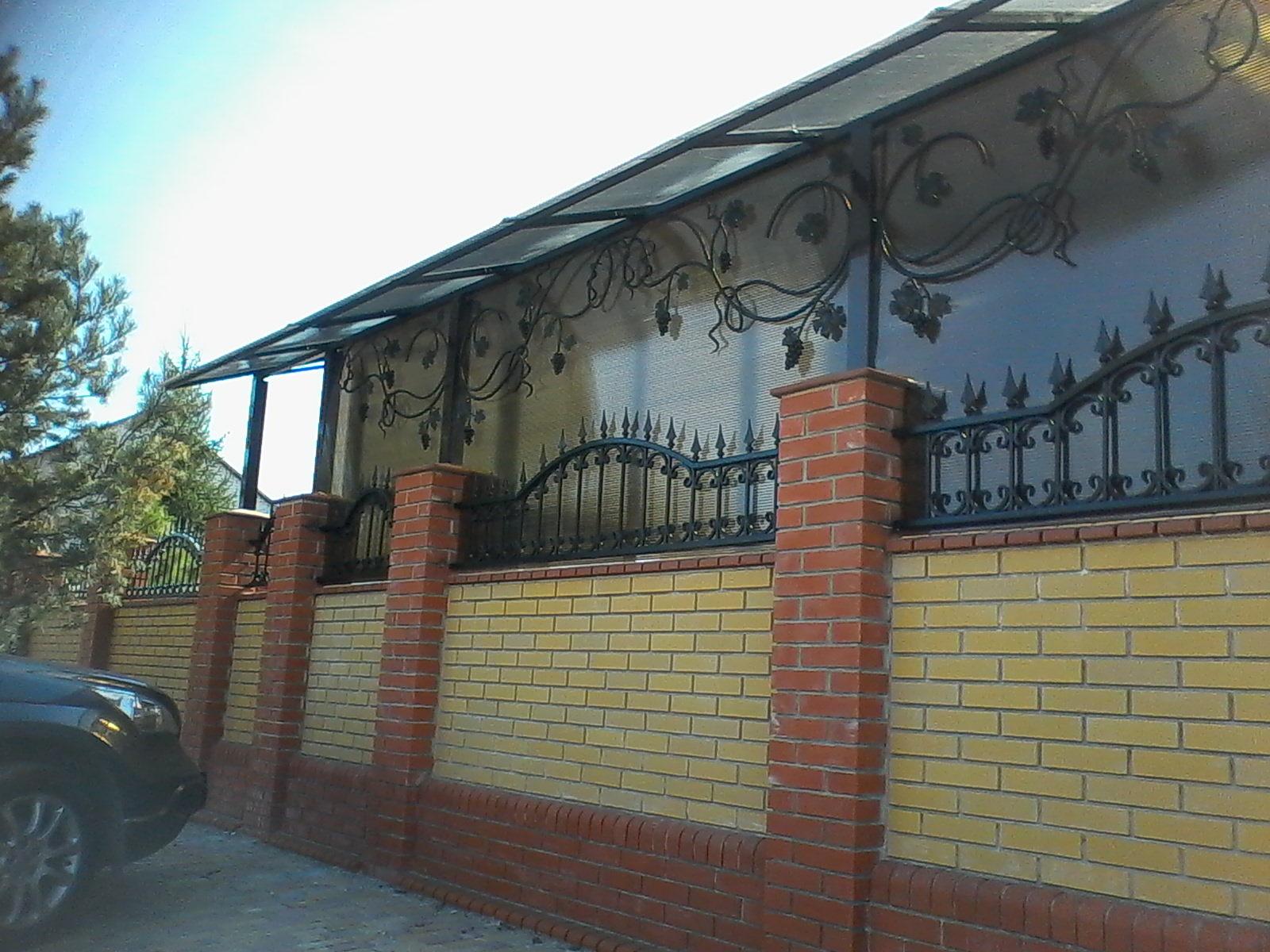 Забор в сочетании с кованым навесом