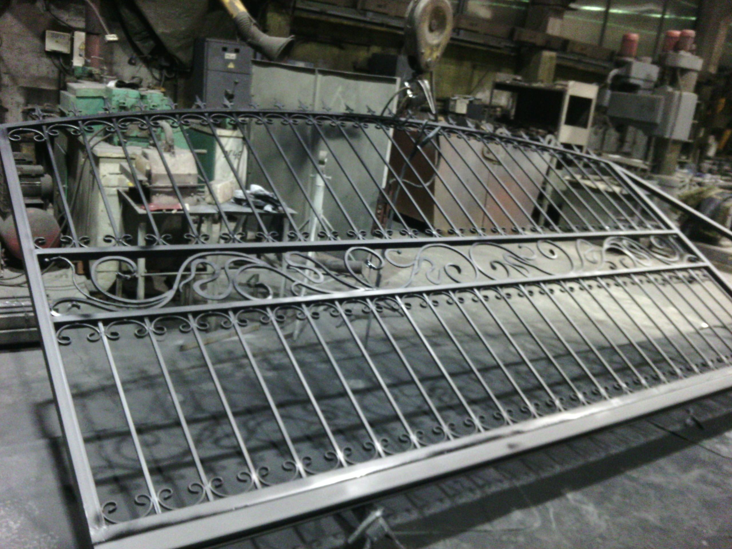 21) Сделали откатные ворота с вставкой из художественной ковки