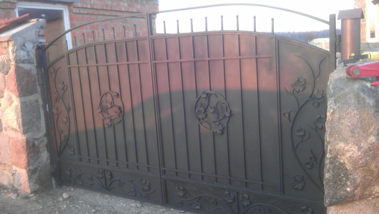 30) Ворота кованые цельные железные с виноградной лозой