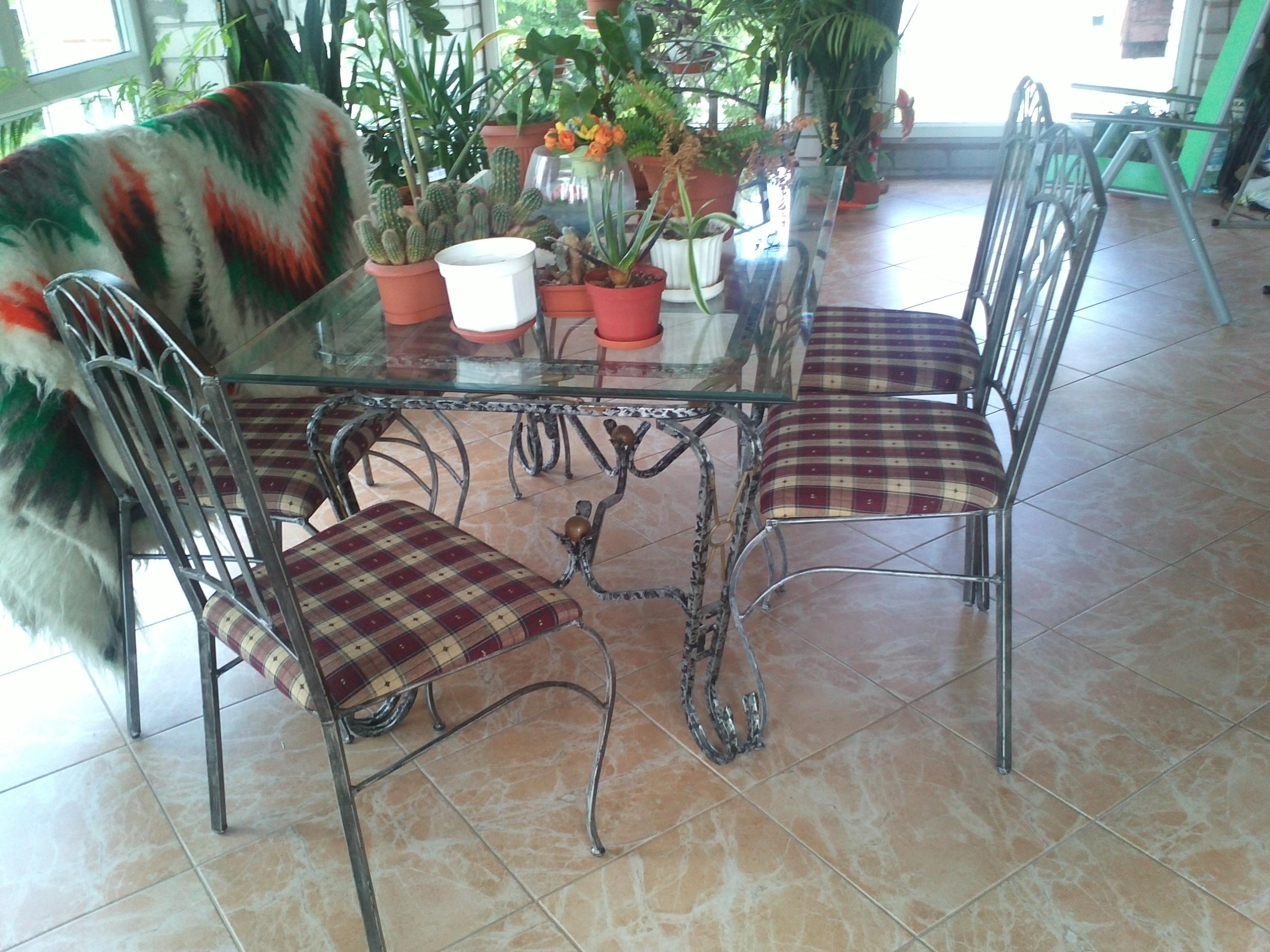 Набор кованых стульев вместе со столом