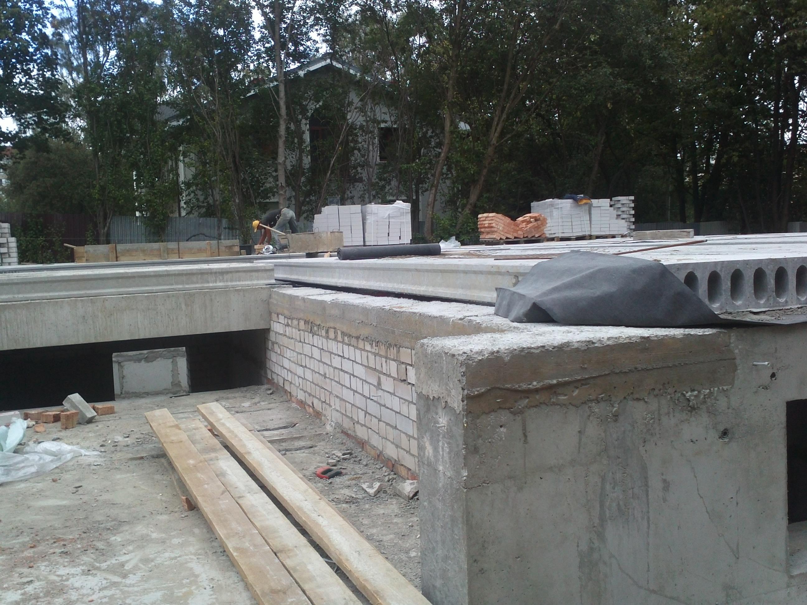 8) Укладка плит перекрытий между цокольным и 1-м этажами