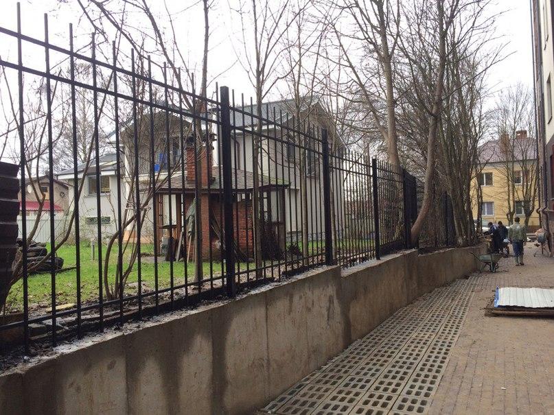 Забор стандартный высота 2 метра.