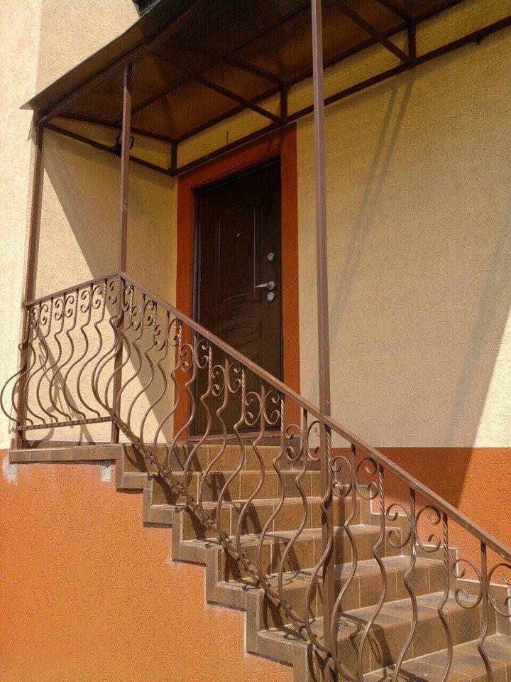 65) Лестница с изогнутыми балясинами